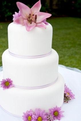 meaning behind feeding wedding cake 10 tips on a cheap wedding that your guests don t 17236